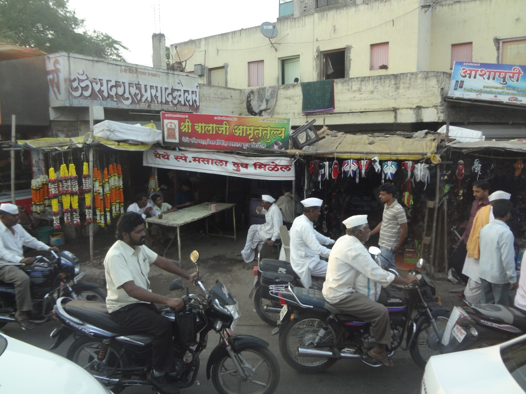 Busy street market on the way to Aurangabad